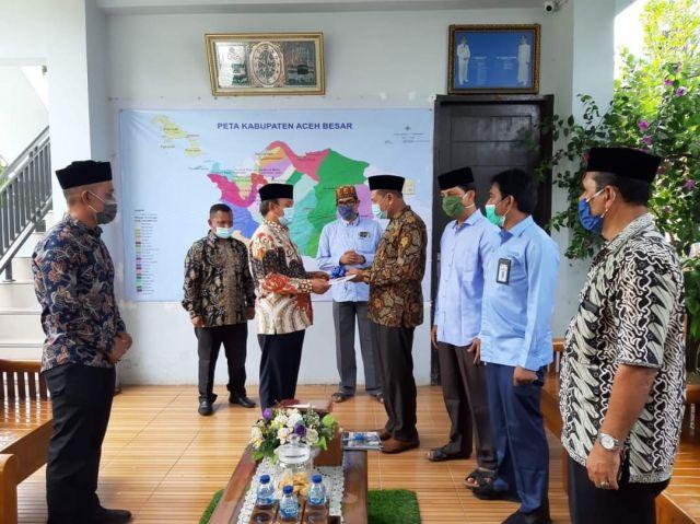 Bupati Mawardi Ali  Serahkan Kunci Gedung  Baru SMPN 1 Darussalam