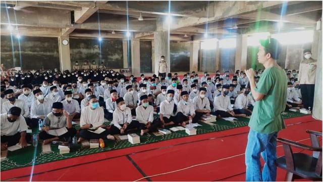 Santri Dayah Darul Quran Aceh Ikut Workshop Penulisan Bersama Tere Liye