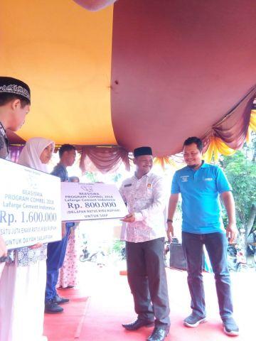 Kadisdikbud Aceh Besar Serahkan 400 Beasiswa Untuk Siswa dan Mahasiswa Dari Lafarge Cememt Indonesia